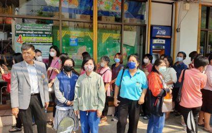 ประชาชนชาวจังหวัดแพร่ ต่อคิวซื้อหน้ากากอนามัยจากร้านค้าธงฟ้าประชารัฐ อย่างคึกคัก