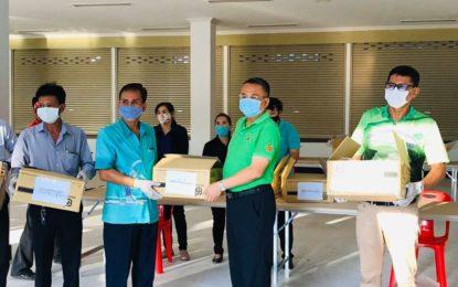 ผู้ว่าฯ สุราษฎร์ธานีร่วมตรวจนับหน้ากากอนามัยจากกระทรวงมหาดไทย ก่อนนำไปจัดสรรให้ กับเจ้าหน้าที่และประชาชนกลุ่มเสี่ยงโรค COVID-19 จำนวน 24,000 ชิ้น