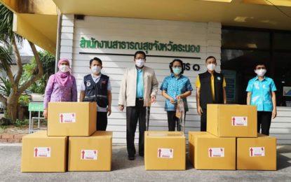 ผู้ว่าฯระนองส่งมอบกล่องอะคริลิกป้องกันเชื้อฟุ้งกระจายให้กับโรงพยาบาลในจังหวัด