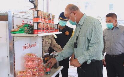 ผู้ว่าฯ กาฬสินธุ์ ชวนหัวหน้าส่วนราชการ เติมข้าวสาร อาหารแห้งที่ตู้แบ่งปัน