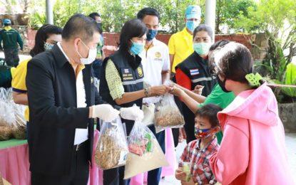 รัฐมนตรีช่วยว่าการกระทรวงมหาดไทย ตรวจเยี่ยม และร่วมมอบข้าวสารอาหารแห้ง แก่ประชาชน ที่ศูนย์ช่วยเหลือวัดและชาวบ้าน สนองพระดำริ เจ้าพระคุณฯ สมเด็จพระสังฆราช คณะสงฆ์อำเภอเมืองสงขลา แห่งที่ 3