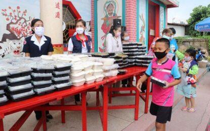 เหล่ากาชาดจังหวัดสงขลา ร่วมกับสมาคมแต้จิ๋ว แจกข้าวกล่องและน้ำดื่มแก่ประชาชนผู้ได้รับผลกระทบ จำนวน 300 ชุด