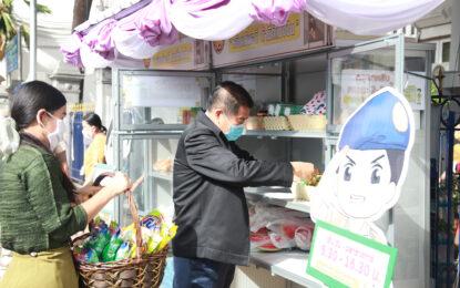 """""""เติมปันสุข สู่ความสุข""""  นิพนธ์ เติมเครื่องอุปโภค บริโภค ตู้ปันสุข ร่วมกิจกรรม """"คนมหาดไทย แบ่งปันน้ำใจ สู้ภัยโควิด-19"""" ชี้ สังคมไทยเอื้ออาทร ไม่ทิ้งกันยามวิกฤต ยังเข้มมาตรการเว้นระยะห่างทางสัมคม"""
