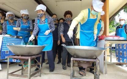 ปันสุข สู้โควิด-19 แม่บ้านมหาดไทยจังหวัดกาฬสินธุ์ทำข้าวกล่องแจก 1,000 กล่อง