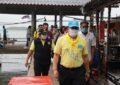 ผู้ว่าราชการจังหวัดระนองมอบถุงยังชีพช่วยเหลือนักเรียนที่เกาะช้าง จำนวน 98 ชุด
