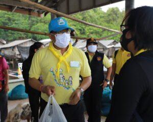 ผู้ว่าราชการจังหวัดระนองมอบถุงยังชีพช่วยเหลือนักเรียนที่เกาะช้างจำนวน 98 ชุด