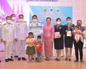 แม่บ้านมหาดไทยพังงาปันนำ้ใจมอบนมเด็ก4อำเภอได้รับผลกระทบ กรณีโรคติดเชื้อไวรัสโควิด-19