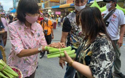 """รองสุรียพรรณ์ พร้อมด้วย ผู้นำกลุ่มสตรีอำเภอหาดใหญ่ ร่วมแจกจ่ายพืชผักสวนครัวจากกิจกรรมสตรีมีรัก ปลูกผักแบ่งปัน และโครงการปฏิบัติการ 90 วัน ปลูกผักสวนครัว เพื่อสร้างความมั่นคงทางอาหาร ให้แก่ประชาชนและนักท่องเที่ยวผู้มาร่วมงาน """" เดิน กิน ชิม เที่ยว """" ที่เปิดให้บริการอีกครั้งหลังโควิด-19 คลี่คลาย"""
