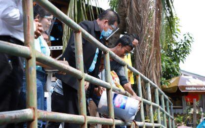 """มท.2 ห่วงชุมชนริมคลองสำโรง เร่ง อจน.ให้ความรู้กับชุมชน """"เพื่อเปลี่ยนน้ำเสีย เป็นน้ำใส"""" พร้อมมอบจุลินทรีย์ น้ำ เพื่อบำบัดน้ำเสียแก่ชุมชน"""