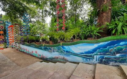 นักท่องเที่ยวใช้เวลาวันหยุด กราบนมัสการพระพุทธรูปปางสีหไสยาสน์ ที่พุทธสถานภูปอ จังหวัดกาฬสินธุ์