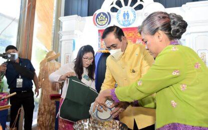 """พลเอก ประยุทธ์ จันทร์โอชา นายกรัฐมนตรี ปรุงเมนู """"ยำสับปะรดกุ้งมังกร"""" ประชาสัมพันธ์เมืองแห่งอาหารเลิศรส Creative City of Gastronomy ของจังหวัดภูเก็ต"""