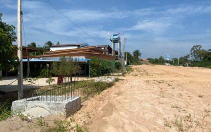 ศูนย์ดำรงธรรมจังหวัดมุกดาหาร ช่วยชาวบ้านแก้ปัญหาฝุ่นละอองจากการก่อสร้างถนน
