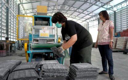 กลุ่มเกษตรกรทำสวนบ้านถ้ำทะลุ เดินหน้าแปรรูปผลิตภัณฑ์ยางพารา หลัง ได้รับการรับรองระบบมาตราฐาน WCS ISO 9001:2015 เพิ่มช่องตลาด สร้างรายได้