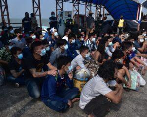 ตม.ระนองส่งตัวผู้ต้องกักชาวเมียนมาจำนวน 63 คน กลับประเทศ