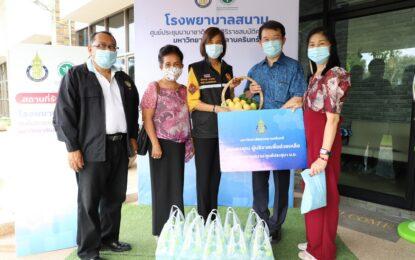 รองผู้ว่าราชการจังหวัดสงขลา รับมอบน้ำดื่ม 200 แพ็ค จากสมาคมบ้านพักคนชราจังหวัดสงขลา ให้แก่โรงพยาบาลสนามจังหวัดสงขลา เพื่อร่วมสู้ภัยโควิด-19
