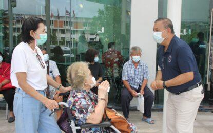 เรวัตฯนายก อบจ.ภูเก็ต ตรวจเยี่ยมให้กำลังใจประชาชนกลุ่มผู้สูงอายุ และเจ้าหน้าที่ ณ จุดบริการฉีดวัคซีนโควิด-19 โรงแรมภูเก็ตเมอร์ลิน