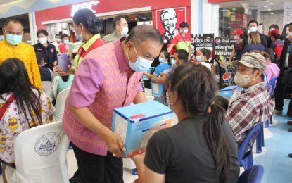 เรวัตฯ นายก อบจ.ภูเก็ต ร่วมเป็นเกียรติในพิธีรับมอบนมผงจากภาคเอกชน เพื่อช่วยเหลือเด็กในครอบครัวเปราะบาง และประชาชนที่ได้รับความเดือดร้อนจากการแพร่ระบาดของโรคโควิด-19