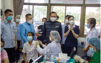 ผู้ว่าฯ ยโสธร เยี่ยมให้กำลังใจบุคลากรทางการแพทย์ เจ้าหน้าที่ และประชาชน ที่มาฉีดวัคซีนป้องกันโควิด-19