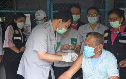 หน่วยแพทย์อาสา สมเด็จพระศรีนครินทราบรมราชชนนี (พอ.สว.) จังหวัดพิษณุโลก ให้บริการฉีดวัคซีนวัคซีนพระราชทาน (ซิโนฟาร์ม) แก่ผู้สูงอายุ ผู้พิการ ผู้ป่วยโรคเรื้อรัง จำนวน 462 ราย