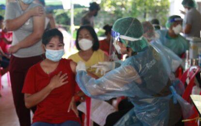 ผู้ประกอบการ ร้านอาหาร รีสอร์ท ประชาชนชาวบ้านเกาะพยาม ฉีดวัคซีนเข็มที่ 𝟷 เพื่อรองรับการท่องเที่ยวเปิดเมืองระนอง
