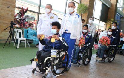"""เจ้ากร"""" พงศกร แปยอ"""" เจ้าของ 3 เหรียญทองวีลแชร์นำทัพนักกีฬาพาราลิมปิกเกมส์ 2020 เดินทางถึงภูเก็ตร่วมโครงการ Phuket Sandbox พร้อมการต้อนรับอย่างอบอุ่นจากชาวภูเก็ต"""