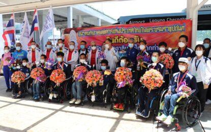 """จังหวัดภูเก็ต และหน่วยงานที่เกี่ยวข้องให้การต้อนรับทัพนักกีฬาพาราลิมปิกเกมส์ 2020 ที่เดินทางกลับสู่ประเทศไทยภายใต้โครงการ Phuket Sandbox อย่างอบอุ่น ซึ่งนำทัพนักกีฬามาโดย """"เจ้ากร"""" พงศกร แปยอ เจ้าของ 3 เหรียญทองพาราลิมปิกเกมส์ 2020"""