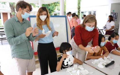 นักท่องเที่ยวชาวฝรั่งเศส ที่เดินทางมาภายใต้โครงการ Phuket Sandbox และเป็นสมาชิกองค์กร Harmony ประเทศฝรั่งเศส เยี่ยมให้กำลังใจและทำกิจกรรมร่วมกับเด็กด้อยโอกาส ในหมู่บ้านเด็กตะวันฉาย จังหวัดภูเก็ต