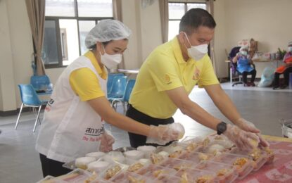 """ลำพูน สนับสนุนอาหารวันละ 1,000 กล่อง """"คุณนายผัด ผู้ว่าฯตัก"""" ช่วยเหลือประชาชนที่ประสบปัญหาจากการแพร่ระบาดโควิด-19 ในพื้นที่อำเภอบ้านโฮ่ง"""