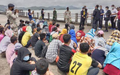 ตม.ระนองเร่งผลักดันต่างด้าวชาวเมียนมา 189 คนกลับประเทศผ่านทาง จ.เกาะสองโดยมีทูตแรงงานเมียนมารับตัว