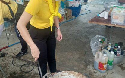 โรงครัวพระราชทาน ประกอบอาหารเพื่อแจกจ่ายให้กับผู้ประสบอุทกภัยในพื้นที่อำเภอหนองโดน